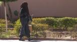 Mujer musulmana caminando por la calle