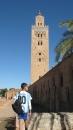 Niño con camiseta de Messi frente a la mezquita
