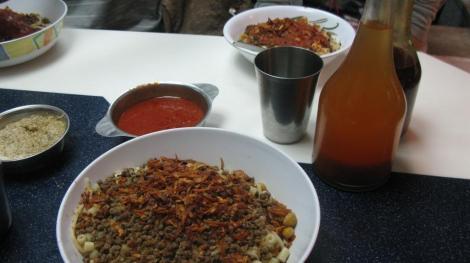 El plato de Kushary con los condimentos para agregarle