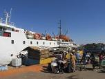 La gente cargando el barco