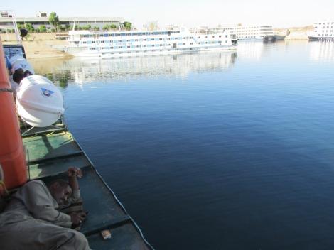 Cualquier lugar era bueno para acostarse en la cubierta del ferry