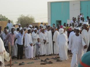 El baile de los sufíes, en Sudan. Todos los que participan del baile están descalzos.