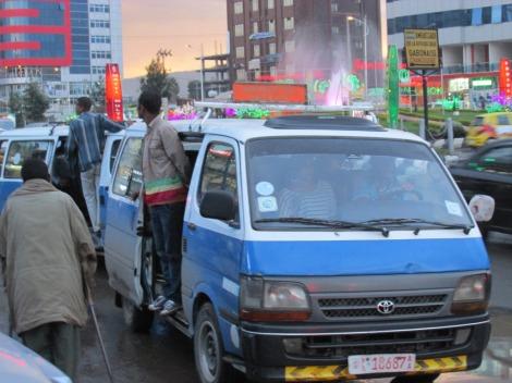 Las combis azules y blancas, el medio de transporte por excelencia en Addis Ababa