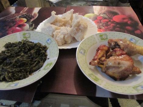 Ugali con pollo fresco y verduras
