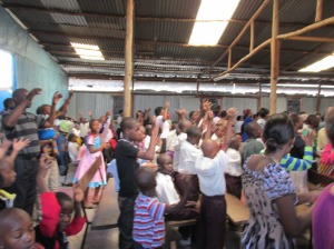 El momento del baile durante la misa protestante en Nakuru
