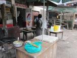 Carnicería de barrio, con puesto de venta de comidas adelante