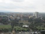 """Nairobi desde la terraza del centro de conferencias """"KCC"""". El Uhuru park con su pequeño lago."""