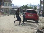 Niños jugando en el barrio Nyama Villa