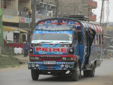 Un matatu en los suburbios de Nairobi