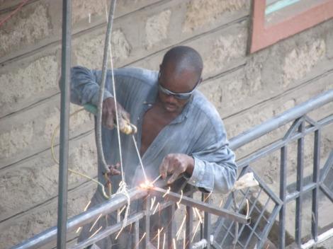 Herrero trabajando en Nairobi, Kenia