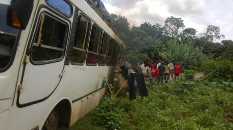 El colectivo encallado en un huerta de un pueblo al sur de Etiopía