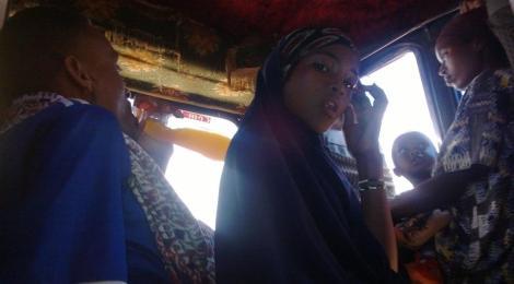La niña musulmana en el colectivo rumbo a Kenia