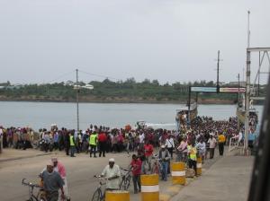 En el ferry para salir de Mombasa, Kenia, rumbo sur