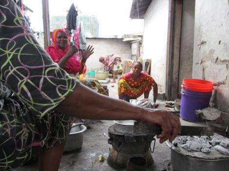 Las mujeres en el patio, la postal cotidiana en Dar es Salaam