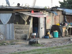 Pizarra anunciando los partidos en los uburbios de Dar es Salaam