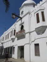 Edificios coloniales que se mezclan en las calles de Stone town, Zanzíbar, Tanzania