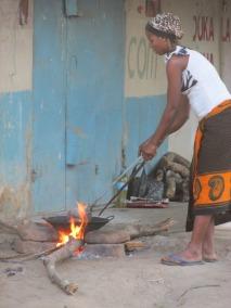 Vendedora de pescado frito en Turiani