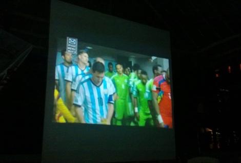 De visitante. Pantalla gigante para ver Argentina-Nigeria