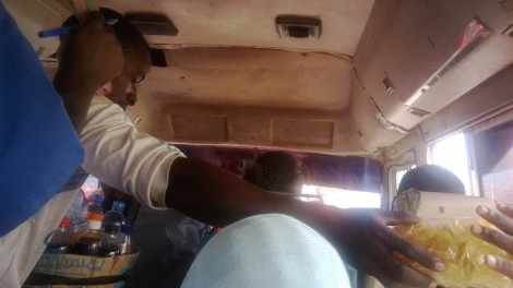 La combi entre vendedores y pasajeros que se acomodan en donde pueden