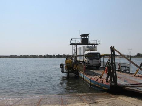 El ferry que cruza el Zambezi, pronto habrá un puente, ya no será igual...