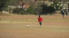 Fútbol en potrero de la capital