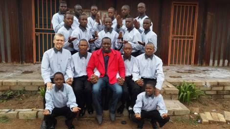 Sven rodeado de alumnos y colegas (foto de su perfil de Facebook, Sven Glietenberg)