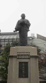Estatua de bronce de Osihi Yoshio, el líder de los 47 Ronin, una leyenda de venganza Samurai famosa en Japón