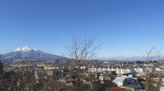 El Monte Iwaki como telón de fondo de los suburbios de la ciudad.