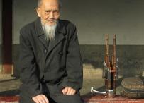Anciano con su instrumento musical