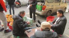 """Partida de """"Mahjong"""", con apuestas de por medio. En la provincia de Sichuan dicen estar los mejores jugadores de este tradicional juego de cartas. Chengdu, China."""