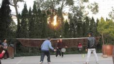 Partido de badmington en la plaza del pueblo. Chengdu, China