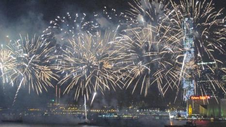 Show de fuegos artificiales por el año nuevo chino en Hong Kong