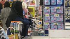 Mujer totalmente cubierta con su burka hace la fila en un supermercado de Agadir. El relativismo cultural pesa. Cuesta llevarlo a la práctica en el interior y hacia el afuera. Según ellas es su elección. Se protegen de las miradas indiscretas, se cubren de la cosificación femenina, se reservan para sus maridos, hijos y familiares directos. Sólo ellos son los que tienen acceso a su belleza, al igual que el todopoderoso Alá y su mensajero, el profeta Muhammad (o Mahoma según la traducción). Quieren tener un lugar de privilegio en la otra vida, en esos jardines con ríos y frutas frescas, por eso cumplen con los mandamientos del libro sagrado. Llegan vírgenes al matrimonio y son propiedad de un solo hombre en su vida (a veces deben compartir el hombre con otras tres mujeres). En el más acá son las jefas del hogar, administran el dinero que obtiene el esposo y crían a sus hijos. Agradecen al Islam que les dio más derechos de los que tenían antes, aunque el Corán parece no hablarles a ellas. Para algunas, los que verdaderamente la pasan mal son sus maridos, que deben salir a trabajar a diario para garantizar el pan en la mesa familiar.