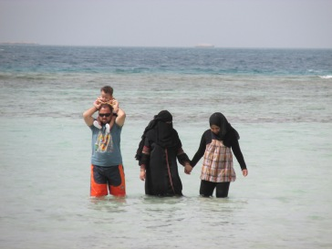 Familia musulmana se baña en las costas del mar Rojo, en la localidad de Hurghada.