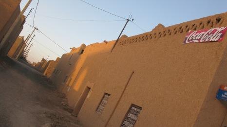 Cartel de Coca Cola en un almacén del pequeño pueblo Merzouga, Marruecos. Las marcas llegan, el Estado lo hace a cuentagotas.