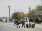 Un burro remolcado una carreta cruza la única ruta asfaltada en Wadi Halfa, en el norte del Sudán, que es la que llega hasta la capital Jartum.