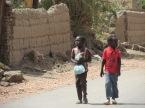 Dos niños caminan por las agobiantes calles de Dongola, al norte de Sudán.