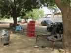 """Descanso a la sombra. La capital de Sudán no parece una capital. A no ser por los problemas con el transporte público, que escasea, no parece haber mayores inconvenientes. Todo funciona por inercia en Jartum. Todo está en calma. Sólo hay ruido en las grandes terminales de colectivos o en los multitudinarios mercados, pero más allá, todo va despacio, al ritmo del intenso calor. Pero la calma es aparente. Los conflictos están silenciados. El ejército vigila y controla. De las atrocidades que ocurren al oeste, en Darfur, no se puede hablar; menos de lo que pasa en Sudán del Sur, que obtuvo su independencia en 2011, desatándose posteriormente una cruenta guerra civil. Obtener la visa no es sencillo y para tomar fotografías se requiere de un permiso especial, en el que te comprometés a no retratar zonas """"pobres"""", ni puentes, ni edificios gubernamentales. La dictadura de al-Bashir (que gobierna desde 1989) aplica la Ley Sharia, un código de conducta musulmán muy estricto con penas severas para los que cometen ofensas conocidas como """"hadd"""". La calma no es más que una ficción, un espejismo, parte del efecto narcotizante de un régimen que como tantos otros en el mundo, se creen infinitos. Pero como siempre, el pueblo, más temprano que tarde, despertará."""