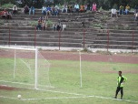 El arquero del Fasil FC de la segunda división de Etiopía, se dispone a sacar de portería en el estadio de la ciudad de Gondar.