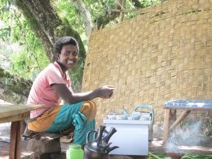 Mujer prepara café a orillas del lago Tana. En Etiopía nació el café. Hoy es parte de la cultura popular. En todos los barrios hay puestos callejeros donde las mujeres lo preparan siguiendo un determinado ritual donde tuestan los granos frescos, los muelen y los mezclan con agua hirviendo en vasijas especiales. Se toma muy dulce. Los aromas son inigualables. Una de las delicias etíopes.