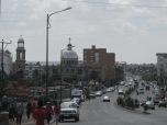 """Addis Ababa, la capital sin centro. Etiopía, el único país que nunca fue colonizado en África, no tiene ningún tipo de """"ordenamiento"""" o """"planificación"""" al estilo occidental en sus ciudades. Los mercados están dispersos, las zonas comerciales se mezclan con los caseríos precarios. Los barrios elegantes y modernos contrastan con calles de tierra y casas sin agua corriente ni cloacas. Las iglesias cristianas son mayoría, aunque también se ven mezquitas. Todo parece desperdigado por zonas que tienen algún lugar tipo """"estación"""" o """"terminal"""" donde arriban las combis, el principal medio de transporte de esta curiosa y atractiva capital."""