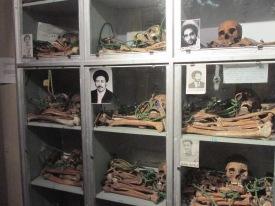 """Restos de asesinados durante el régimen """"comunista"""" que gobernó Etiopía entre 1974 y 1991. Comandado por Mengistu Haile Mariam, el """"Comité de Coordinación de las Fuerzas Armadas, la Policía y el Ejército Territorial"""", masacró miles de personas (las cifras varían según las fuentes, pero la matanza fue indiscriminada contra opositores y contra """"traidores financiados por el imperialismo""""). De monarquía clerical liderada por el profeta de los rastafaris, se pasó a un gobierno que decía ser marxista, otro de los vaivenes indescriptibles de la historia de Etiopía, que hoy ostenta un régimen democrático al estilo tercermundista, con elecciones fraudulentas, censura, persecución a opositores, parlamentos al servicio del Ejecutivo, y presidentes que permanecen largos años en el poder, como Meles Zenawi, que gobernó desde la debacle del comunismo en 1991 hasta su muerte en 2012."""
