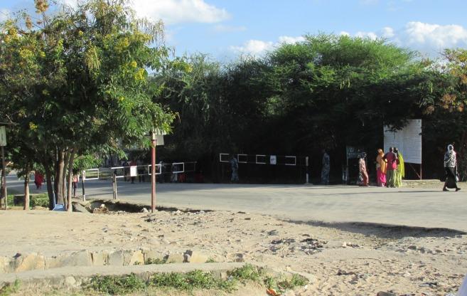 """Frontera Etiopía-Kenia, ciudad de Moyale. De un lado se maneja del lado izquierdo, al cruzar, del derecho. De un lado se paga con """"Birrs"""", en el otro con Chelines. De un lado funciona Ethiotel, del otro Safaricom. De un lado hay gente, del otro lado, la misma gente. Pero están separadas por barreras ficticias impuestas por desconocidos. Había que ordenar la explotación y el saqueo. ¿Hoy qué sentido tienen estas fronteras? El mismo, ordenar los negocios de unos pocos. Por lo bajo, la gente va y viene, se adapta a esta imposición, la asume como natural, cuando en realidad, los problemas, de un lado y del otro, son los mismos."""