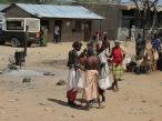 Los masáis, una de las tribus mayoritarias que habitan lo que hoy está delimitado como Kenia y Tanzania. Ellos no entienden de fronteras, viven del pastoreo, sus animales les proveen todo lo que necesitan para vivir. Con la llegada de los invasores europeos y la privatización de las tierras, los han desplazado constantemente de las zonas donde habitaban, sin más límites que los de la naturaleza. Hoy conviven con la modernidad, pero es notable cómo conservan sus tradiciones y cultura, anclando su pasado a un presente que busca imponerse, atropellando toda la historia.