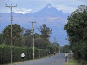 Una calle de la ciudad de Nanyuki, con el imponente Monte Kenia detrás, el segundo pico más alto de África con 5199 metros.