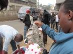 """De compras en el mercado callejero conocido como """"Ngata"""", una zona céntrica de la capital de Kenia. Remeras por un dólar, jeans por dos dólares, sweaters por dólar y medio. Los vendedores están preparados para levantar su mercadería en un segundo ante la llegada de policías. Se producen estampidas de """"manteros"""" cuando acecha la ley. Gritos que vienen desde lejos avisando que se aproximan los uniformados son la voz de alerta para esfumarse en un santiamén y retornar minutos más tarde, cuando el espacio público vuelve a ser terreno fértil para la informalidad."""