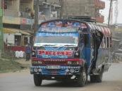 """Si algo tiene de extraordinario Nairobi es su sistema de transportes. Para ir al centro de la ciudad desde los suburbios la forma más económica es subirse a un """"Matatu"""". Son colectivos informales, sin recorridos certeros ni paradas determinadas. Por fuera y por dentro están totalmente decorados con distintos motivos, pero abundan los grafitis de tipo callejero, con frases contestatarias, rudas y hasta filosóficas. Tienen nombres extravagantes y también están repletos de imágenes, ya sea de grandes artistas -en su mayoría de raza negra-, o mujeres voluptuosas. Los colores llamativos y los garabatos abstractos también son parte del collage de formas. La música en el interior está a todo volumen. Por lo general la cabina del conductor está separada de la de los pasajeros, hacia donde apuntan los buffers que marcan el ritmo del recorrido alocado. Son como discotecas móviles, donde no faltan carteristas, roces indeseados y apretujones. Los jóvenes parecen disfrutar el trayecto, los más grandes lo padecen. Los ayudantes del chofer, que cobran el boleto que no vale más de unos centavos de dólar (20 chelines), muestran una increíble habilidad para manejarse en la oscuridad, el ruido y el angosto pasillo de estos """"bondis"""" keniatas, una singularidad de este país del este africano."""