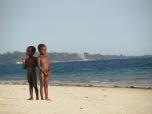 Niños en total libertad en las playas de Zanzíbar, Tanzania.