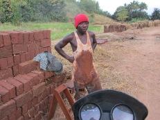 Joven trabajador descansa luego de una extensa jornada laboral en la producción de ladrillos de adobe en una zona cercana a Turiani, Tanzania.