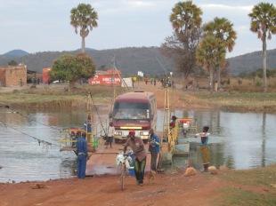 Puente móvil en una parte del trayecto desde Nakonde, la ciudad fronteriza con Tanzania, hasta Kasama. No hay asfalto ni puentes para cruzar los ríos. Sólo la ruta hacia la capital está asfaltada, el resto de los caminos del país, sobre todo en el norte, son de tierra y arena.